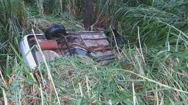 Acidente deixa 4 pessoas feridas após carro capotar na MG-050, próximo a Passos (MG) - Acidente deixa 4 pessoas feridas após carro capotar na MG-050, próximo a Passos (MG)