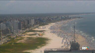 Dia de praias cheias em Guaratuba - Temperaturas altas levaram muitos veranistas pra areia. E vale tudo pra se refrescar.