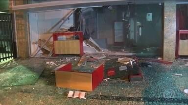 Bandidos explodem agência bancária em Botafogo, Zona Sul do Rio - Testemunhas disseram que cerca de 20 bandidos armados com fuzis deram tiros para o alto e renderam quem passava na rua. A agência ficou destruída. Os bandidos levaram o dinheiro de um dos caixas eletrônicos do banco. A polícia chegou depois da fuga.