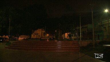 Moradores reclamam da falta de iluminação em praça de São Luís - Praça Odorico Mendes foi reformada recentemente, mas os postes não tem luminárias.