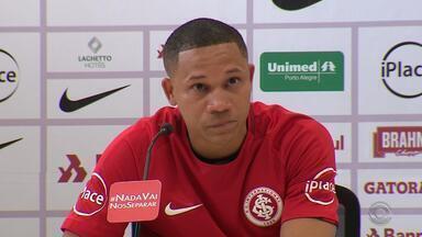 Wellington Silva se emociona em apresentação no Inter - Assista ao vídeo.
