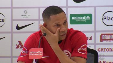 Apresentado no Inter, Wellington Silva se diz honrado e chora ao falar do Flu - Emocionado, atacante de 24 anos foi apresentado oficialmente e concedeu primeira entrevista como jogador colorado. Atleta se diz recuperado de problema no púbis.