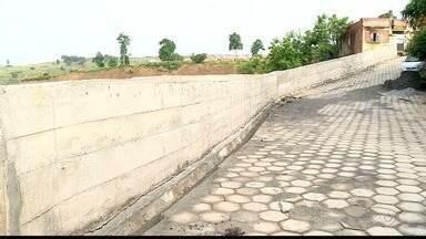 Muro de contenção é motivo de preocupação para moradores de Colatina, ES - Muro foi construído depois de chuva forte em 2013.