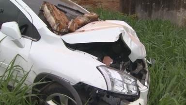 Colisão entre carros deixa quatro feridos no Jardim Paulista em Ribeirão Preto - Um dos veículos destruiu um muro e invadiu terreno de madeireira na tarde de sábado (6).