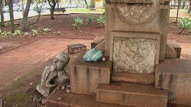 """Vândalos danificam busto do coronel Francisco Schmidt em praça de Ribeirão Preto - Peças de bronze com dizeres sobre o """"rei do café"""" também foram furtadas."""