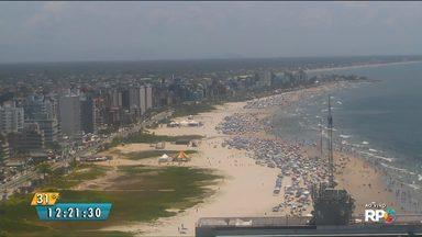 Tempo vira no litoral e espanta os turistas da beira da praia - Mas, antes disso, as praias ficaram lotadas de pessoas que aproveitaram o sol e o calor deste sábado (6).