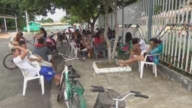 Pais acampam em frente de escolas para tentar vaga na rede pública no AM - Período de matrículas inicia na segunda-feira (8) em Parintins.