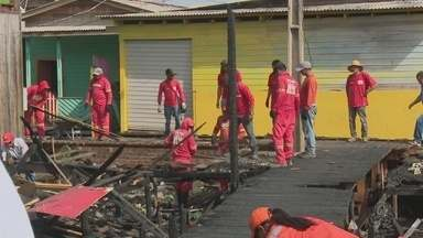 Limpeza é iniciada em área de incêndio na Zona Sul de Macapá - Nove residências no bairro Beirol foram atingidas pelas chamas no dia 30 de dezembro. Retirada de entulhos visa evitar que alagamentos ocorram na região.