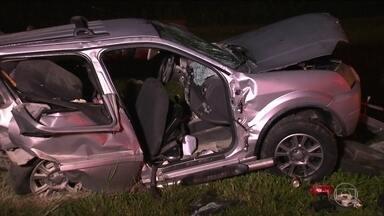 Em SP, acidente na Rodovia dos Imigrantes deixa 2 mortos e 5 feridos - Carro em que viajavam dois casais foi atingido na traseira. Acidente e mortes foram resultados da imprudência, segundo Detran.