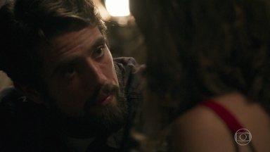 Renato se declara para Clara - Patrick percebe o clima e deixa o casal a sós