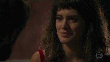Clara evita a reaproximação de Renato e diz que é grata pela ajuda do médico - Gael vê Renato deixar a casa de Clara e vai ao encontro de Aura