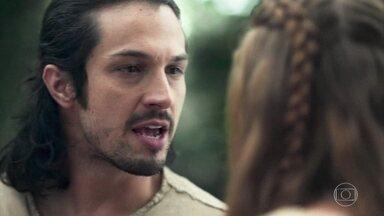 Afonso diz que precisa voltar a Montemor - Amália conta para o amado que o príncipe de Montemor está dado como morto e ele se desespera