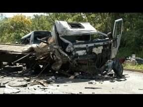 Acidente envolvendo vários veículos deixa mortos e feridos na BR-251, no Norte de Minas - De acordo com o Corpo de Bombeiros, 39 pessoas ficaram feridas e 13 morreram; causas do acidente serão investigadas.