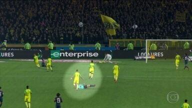 Árbitro francês se desentende com jogador brasileiro do Nantes e o expulsa - Tony Chapron caiu no gramado e expulsou Diego Carlos.