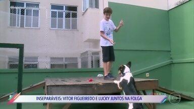 Lucky e Vitor Figueiredo viraram amigos inseparáveis na vida real - O cachorro interpreta Cacau em 'O Outro Lado do Paraíso' e mostra que, assim como na novela, tem muita intimidade e carinho com o ator