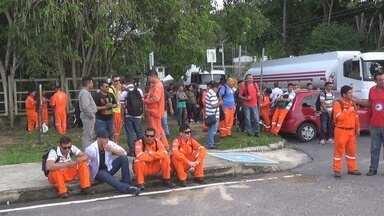 Trabalhadores de refinaria em Manaus fazem paralisação - Protesto reuniu dezenas de servidores na manhã desta segunda-feira (15).