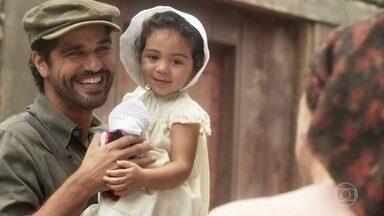 Henriqueta fica feliz em ver Inácio com a filha nos braços - Ele avisa que só devolverá Mariana para Maria Vitória e mais ninguém
