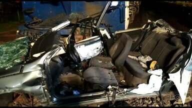 Carro é atingido por trem em Sarandi - O trem arrastou o carro por cerca de 100 metros