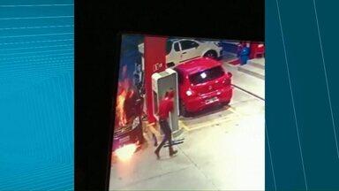 Carro pega fogo enquanto estava abastecendo - Funcionários do posto conseguiram apagar as chamas.