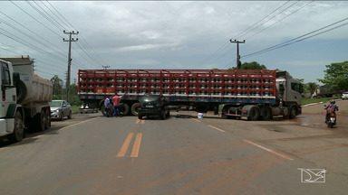 Acidente deixa trânsito lento na BR-135, em São Luís - Um carro de passeio colidiu com um caminhão que carregava gás na região da Vila Maranhão.