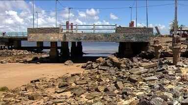Moradores da Barra dos Coqueiros estão preocupados com o avanço da maré - Eles dizem que chegam a ficar ilhados dentro de casa.