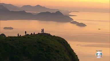 Aventureiros assistem o nascer do sol na Pedra da Gávea - Um grupo de aventureiros madrugou nesta quarta (17) para fazer a trilha da Pedra da Gávea e assistir o espetáculo do nascer do sol de camarote.