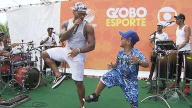Banda Parangolé anima o 'GE de Verão' em Itapuã - Nesta semana o Globo Esporte Bahia está sendo apresentado fora do estúdio, na orla da capital baiana.