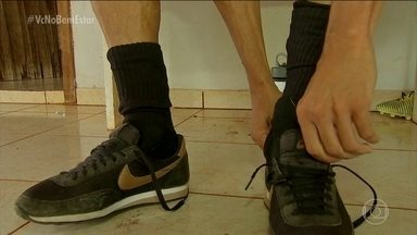 Veja dicas para evitar bactérias e fungos nos pés - Sapatos fechados, com meia, e pés úmidos propiciam o surgimento de bactérias e fungos. Por isso, é importante lavar e secar bem os pés, colocar o sapato no sol e alternar os sapatos, por exemplo.