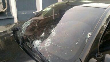 Comandante da UPP da Cidade de Deus reage a assalto em Nilópolis - Bandidos renderam o carro em que o comandante estava com um motorista PM indo pro trabalho. Bandidos atiraram ao ver que eram policiais e comandante reagiu.