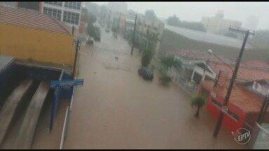 Chuva forte em Mogi Guaçu (SP) causa transtornos para habitantes - Dois córregos que passam pela cidade transbordaram, a enchente levou um carro e vários pontos da cidade foram atingidos. Telespectadores registram os transtornos.