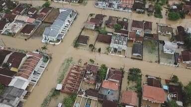 Chuva alaga ruas e deixa pessoas ilhadas em Joinville; 60 estão desabrigados - Chuva alaga ruas e deixa pessoas ilhadas em Joinville; 60 estão desabrigados