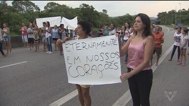 Suspeita de assassinato se apresenta à polícia - A mulher é suspeita de matar vizinha a facadas. O crime ocorreu em Monte Cabrão, no último sábado (13).