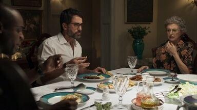 Cido se muda para a casa de Adinéia - Samuel se esforça para fazer o namorado e a mãe se entenderem, mas os dois trocam farpas durante o jantar