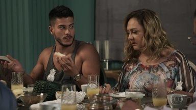 Bruno desconfia que Nádia esteja envolvida no flagra de Raquel - No salão, Nádia e Tônia comemoram o fim do relacionamento da juíza com Bruno
