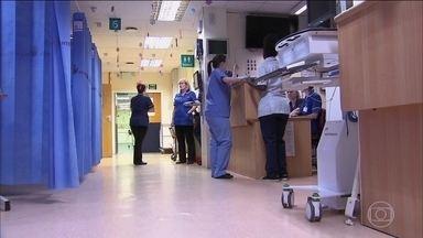 Sistema de saúde da Inglaterra vive debandada de profissionais - O sistema que já foi sinônimo de eficiência viu só no ano passado 33 mil enfermeiros irem embora. A causa são hospitais cheios e a pressão no trabalho.
