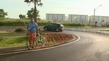 Motoristas reclamam de buracos em avenida construída há 4 meses em Ribeirão Preto - Ciclovia na Avenida Edul Rangel Rabelo também foi danificada por caminhões.