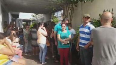 Moradores de Rio Claro, SP, fazem fila em posto de saúde por vacina da febre amarela - Primeira pessoa chegou no local por volta das 2h da madrugada.