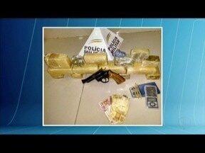 Pai e filho são presos com arma e 7kg de maconha em Ipatinga - Quinze barras de maconha foram encontradas na casa dos suspeitos; pai entregou uma arma calibre 38 e foi preso por porte ilegal.