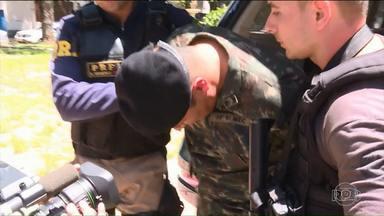 Sargento do exército é preso com armas e drogas - O sargento servia em Foz do Iguaçu e foi preso na Via Dutra.