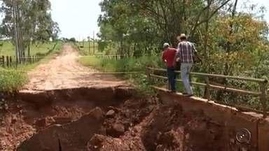 Chuva danifica pontes em estradas rurais na região noroeste paulista - As chuvas da região noroeste paulista estão causando problemas em estradas rurais. Mais de 30 estradas e pontes estão com problemas e muitos produtores rurais não conseguem escoar a produção.