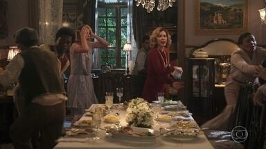 Jantar oferecido por Alzira termina em confusão - Ela não aguenta as provocações de um funcionário e coloca todo mundo pra correr