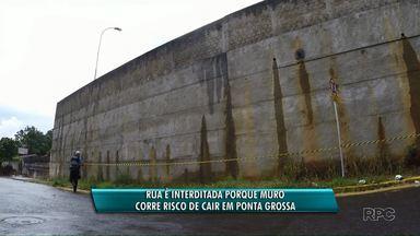 Muro do IML corre risco de cair em Ponta Grossa - A rua que passa ao lado foi interditada nesta tarde pela Defesa Civil.