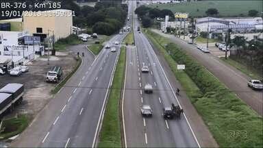 Carroceiro se envolve em acidente na BR-376 - Ele andava na contramão quando foi atingido por um carro.