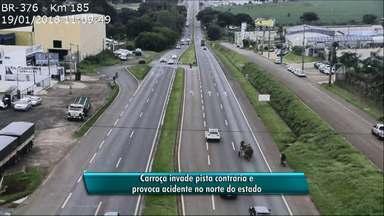 Carroceiro entra na contramão de rodovia - Motociclista desvia, mas um carro não consegue e bate na carroça.