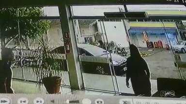 Câmera mostra assalto a motorista no Centro de Cianorte - Ela teve o carro e alguns pertences levados pelos bandidos.