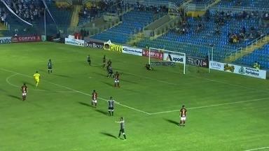 Bola é cruzada pela direita, passa pela defesa e encontra Andrigo, que fuzila para o gol - Bola é cruzada pela direita, passa pela defesa e encontra Andrigo, que fuzila para o gol.