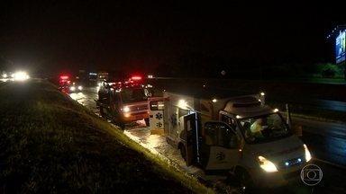 Socorristas são atropelados por um carro e uma morto em Indaiatuba (SP) - Acidente foi na Rodovia Santos Dumont, na noite de sábado. Chovia forte na hora do acidente. O grupo prestava atendimento a um outro carro que tinha capotado. Uma socorrista morreu no hospital.