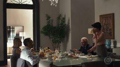 Henrique, Jô e Natanael se preparam para ir ao julgamento - Adriana sai apressada para encontrar Duda