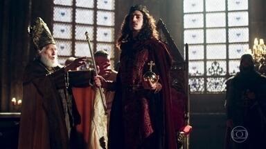 Rodolfo é coroado Rei de Montemor! - Rodolfo caminha até o trono cambaleando e recebe a coroa