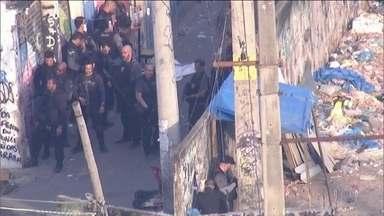Polícia entra em confronto com traficantes em três favelas do Rio - Um morador e dois PMs ficaram feridos; um ônibus foi incendiado por criminosos na Avenida Niemeyer.